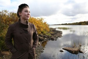"""Jugendliche am Ufer eines Flusses - Filmstill aus """"Activist"""""""