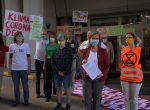 """Aktivistinnen und Aktivisten übergeben Ministerin Leonore Gewessler Forderungen des """"Klima-Corona-Paket"""""""