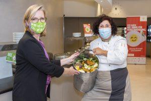 """Ministerin Leonore Gewessler mit """"UP""""-Küchenleiterin Susanne Franke"""