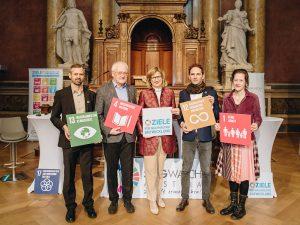 TeilnehmerInnen des SDG-Forums mit Bundesministerin Maria Patek