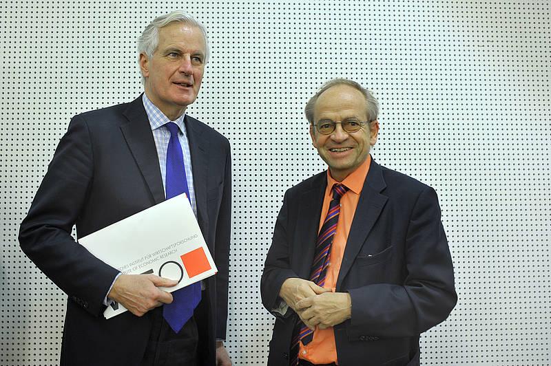 WIFO-Leiter Werner Aiginger (re.) begrüßt EU-Kommissar Michel Barnier im Rahmen des Projekts WWWforEurope