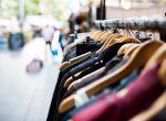 Kleiderständer in Einkaufsstraße