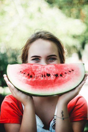 Lachende Frau mit Melone