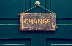 """Holzschild auf dem """"Change"""" steht"""