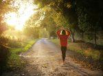 Läuferin auf Waldweg