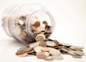 Glas mit Geldmünzen