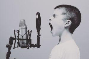 Junge vor Mikrophon