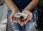 Person hält Geld in der Hand