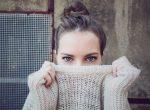 Frau mit Pullover