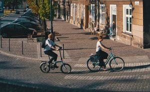 Zwei Personen fahren mit dem Rad durch Krakau