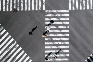 Menschen auf Zebrastreifen