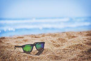 Sonnenbrille am Sandstrand