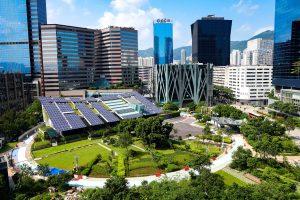 Stadt und Solarpanele